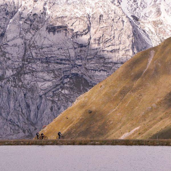 Lac de la cour en vttae sur le domaine du Grand Bornand avec Aravebike